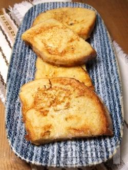 Сочни пухкави пържени филийки с яйца и прясно мляко - снимка на рецептата